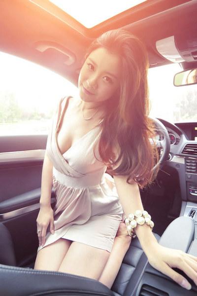 甜素纯美女的小清新车拍
